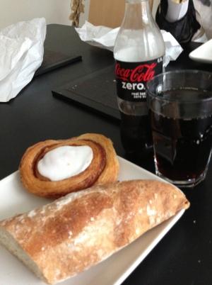 Brød og cola plus en kage = super frokost!