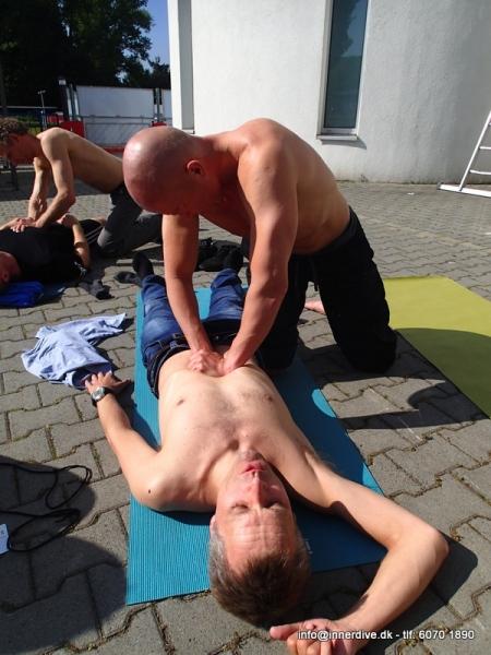 Det her er mig der THHHRYKKER på Hennings mellemgulv i en åndedrætsøvelse