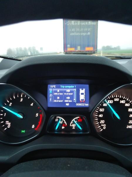 Bilen har en ussel brændstoføkonomi; men hvis man lægger sig heeelt op bag en lastbil - og kan leve med at det går effin' langsomt - *så* kan den køre langt på literen!