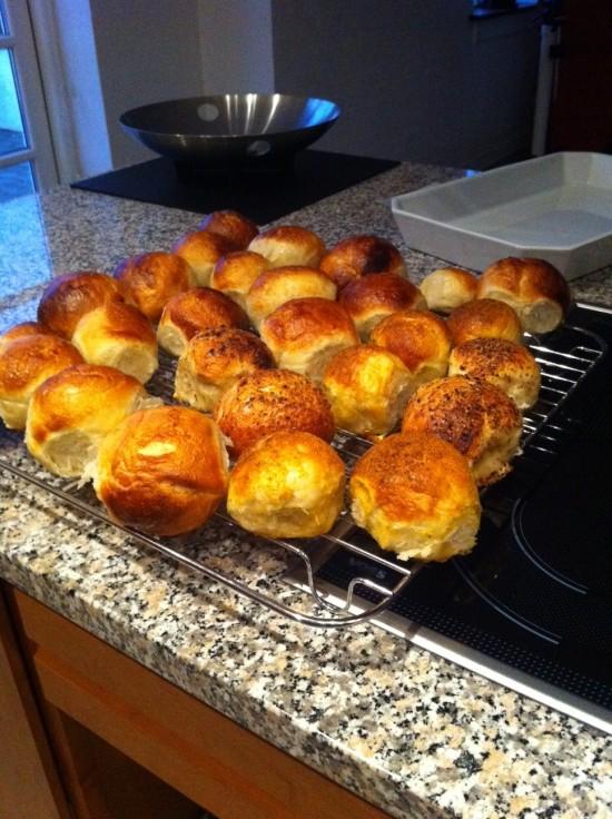 Jeg har været oppe siden for-tidligt - det er min tur til at give morgenbrød på pinden. Langtidshævet amerikansk brød og almindelige boller - plejer at være en succes :-)