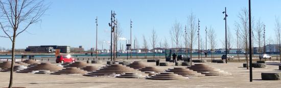 Et vue ud over en central plads i Aalborg midtby. Bemærk de pittoreske industribygninger, siloer og forbrændingsanlægget i baggrunden.