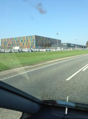 Farveladehumør på fabriksbygning på vej til Billund