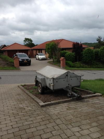 Blæsevejr skubbede traileren væk fra hvor jeg havde stillet den. Kun kanten på højbedet reddede genbo Jans vognpark :-)