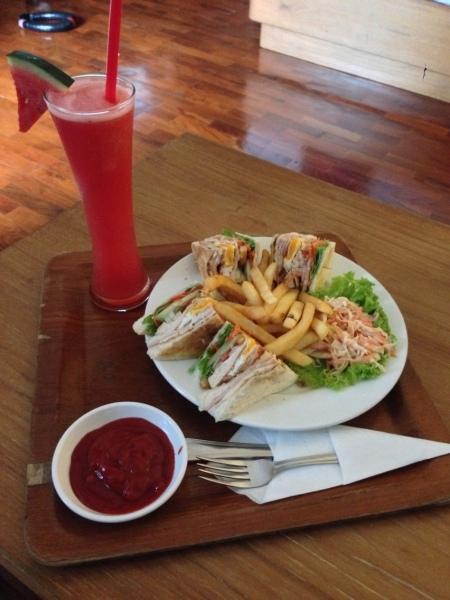 Club Sandwich plus watermelon shake leveret på værelset - til den dovne...